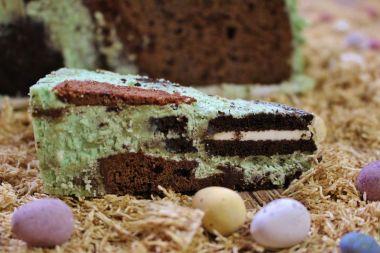Mein Tipp: Schneidet den Kuchen der Länge nach an, dann sieht man die Schichten am besten.