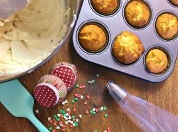 Lasst die Kuchen auf alle Fälle gut auskühlen, damit die Creme nicht schmilzt.