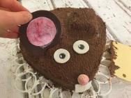 Die Schoko-Ohren verleihen dem Kuchen einen tollen Feinschliff.