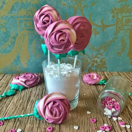Ihr macht die Rosen für den Candytable, z.B. einer Hochzeit? Drückt Puderzucker in ein Glas und so habt ihr ganz einfach euren eigenen Rosen-Stiel-Halter.