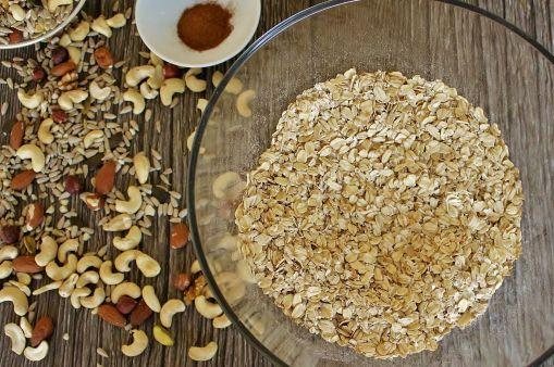 Mischt die trockenen Zutaten gut durch, bevor Öl & Honig dran kommen.