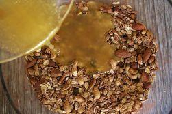 Öl und Honig sollten flüssig sein, damit sie sich gut verteilen lassen - einfach etwas erwärmen.